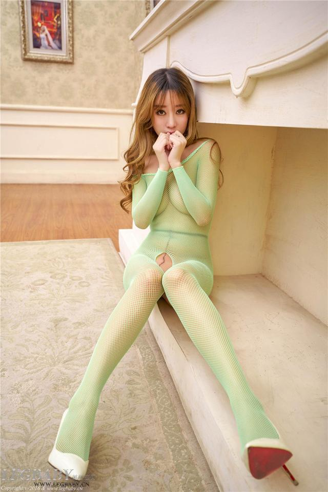 [美腿宝贝] 网不住的雨纯性感亮丝翘臀美女图