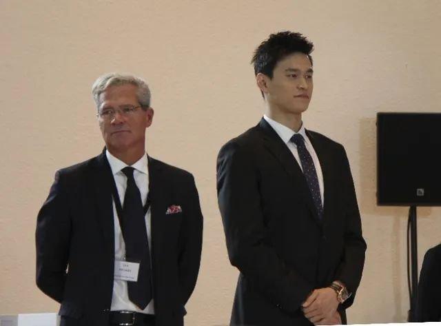 去年11月15日,孙杨(右)参加在瑞士蒙特勒进行的听证会。 新华社发