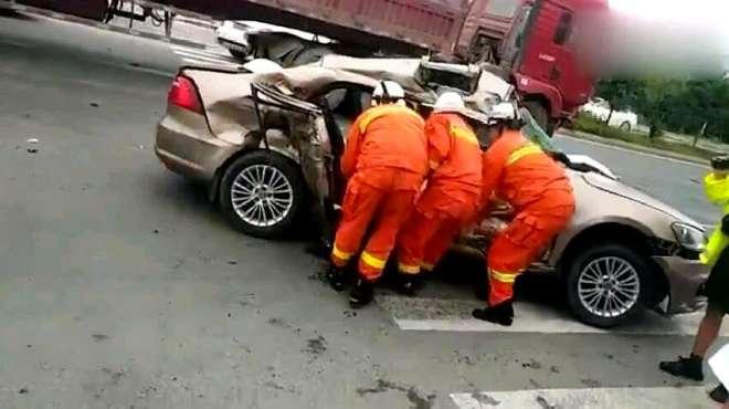 悲剧!江西一超载小轿车与大货车迎面相撞,致3死3伤