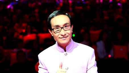 61岁巩汉林近照曝光,面部消瘦头发苍白,尽显老态