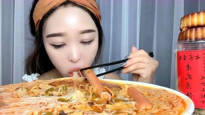 东北老妹吃螺蛳粉,再来一个大月饼,这老妹是真的能吃啊!