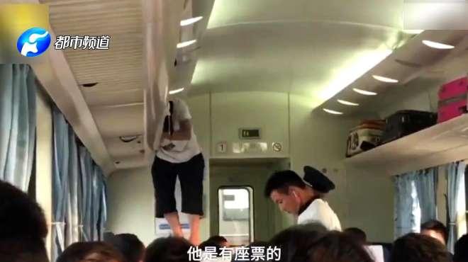 大爷有座位不坐,非爬上行李架上睡觉,乘务员怒斥2次才消停!