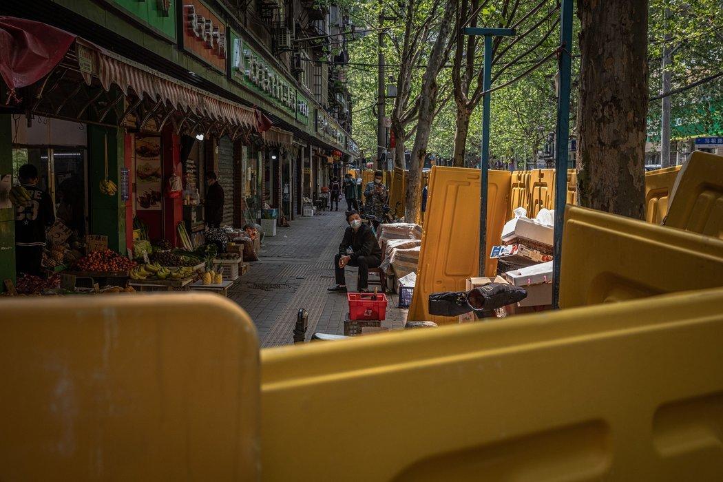 周二,武汉的一个安全栏。