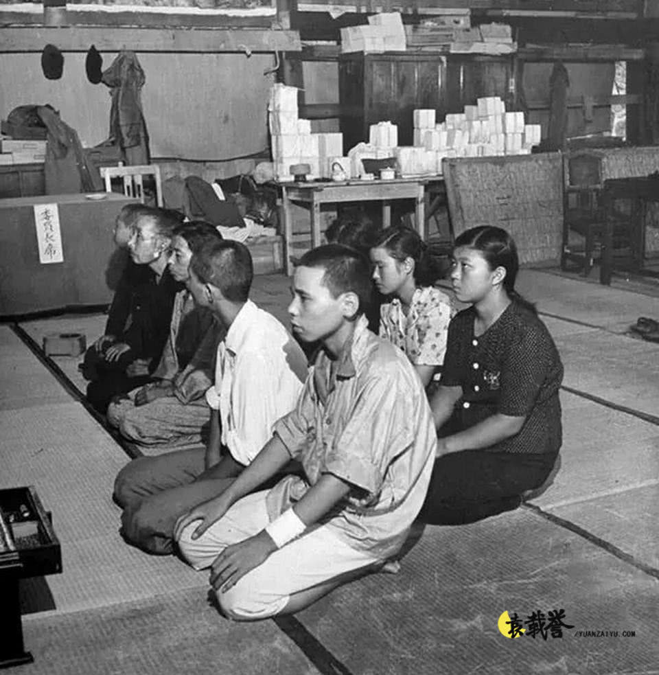"""原子弹爆炸后的日本广岛,一群""""无家可归""""的孩子在烤火-"""