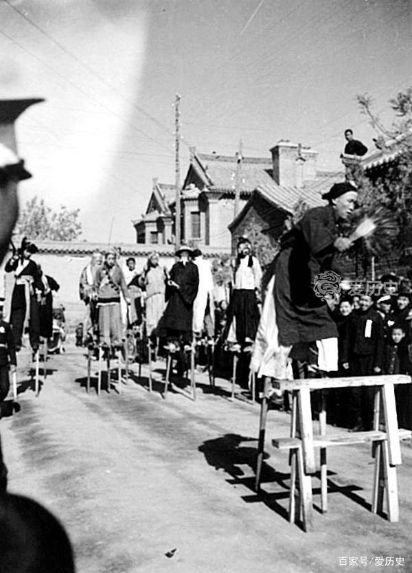 老照片:日伪在太原敲锣打鼓庆祝日皇生日 宣扬甘当顺民的亡国论