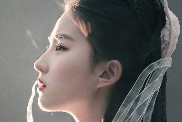 """刘亦菲被""""镜头怼脸"""",露出高清生图照,皮肤很好但下巴纹太明显"""