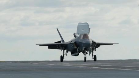 """不用借战机了!英军F-35B战机首次与自家航母""""合体""""完成关键一步"""