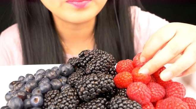 我以为大姐在吃草莓,仔细一看是桑葚啊!小时候可喜欢吃了