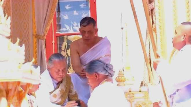 现场!泰国新国王接受净化仪式:灌顶沐浴净身 圣水来自5条河流