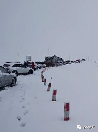 青海祁连突降大雪,上千辆车被困,西宁市民组织司乘人员全力自救