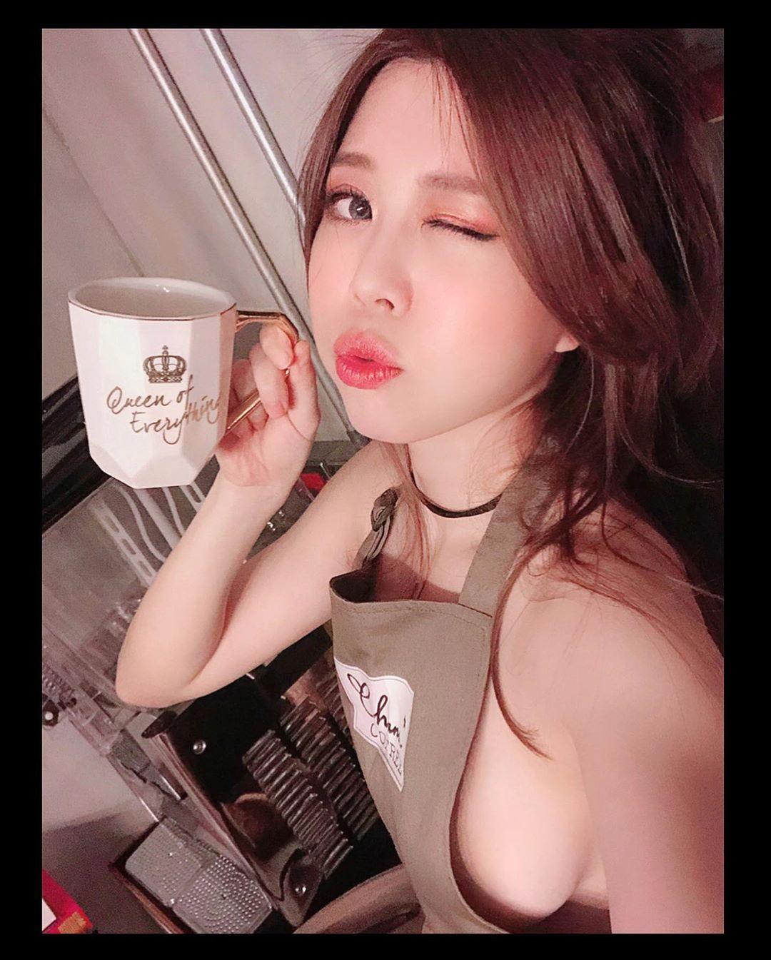平面模特纱那酱Chana日常生活照,果体围裙泡咖啡不要太性感