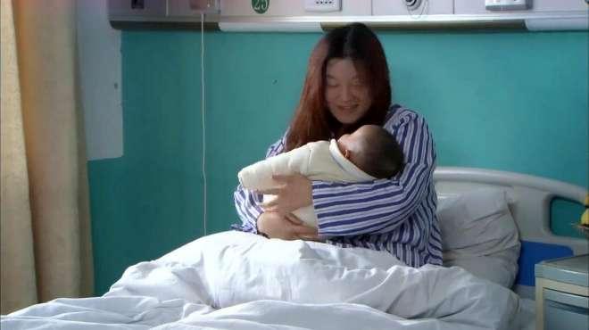 女儿生个健康的孩子,父亲一把给孩子抢走,说孩子有病