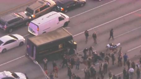 美国公路上演1小时警匪追捕大战 枪声大作惊险程度堪比电影大片