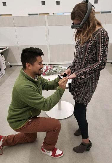 享受科技带来的惊喜 教授竟然用AR技术求婚成功