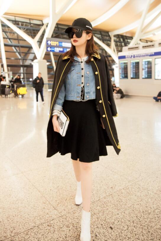 机场堪比时装周,俞飞鸿穿风衣霸气走机场,却被金晨的大长腿抢镜了?