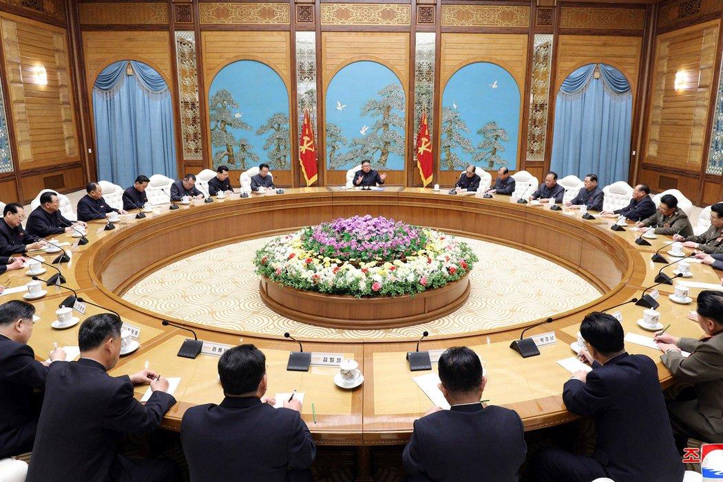 在朝鲜官方媒体朝鲜中央通讯社4月11日发布的照片中,(坐在正中位置上的)金正恩在首都平壤主持政治局会议。