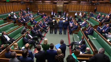 """英国首相迎""""高光时刻""""!上任三个月后 首次赢得下议院关键投票"""