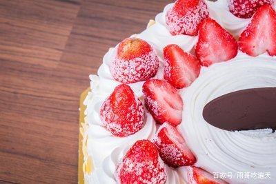 糯滑可口的草莓冰淇淋蛋糕,吃一口就爱上!