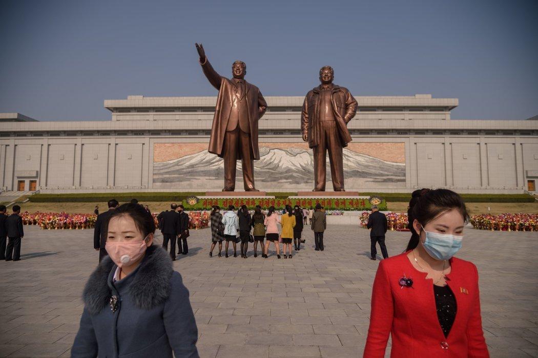 朝鲜民众上周三在金日成和金正日的雕像前献花。