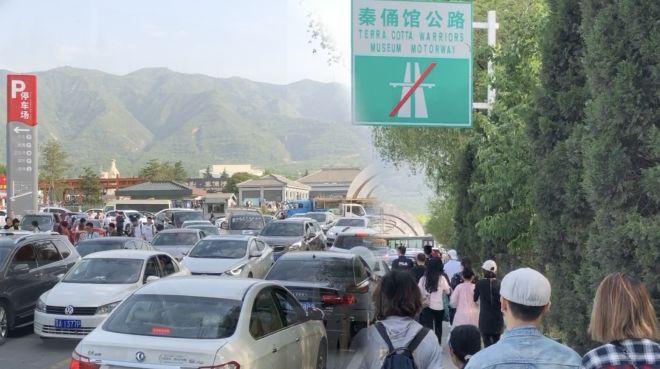 坐车不如走路快!兵马俑景区堵出10里,游客走1小时去景区