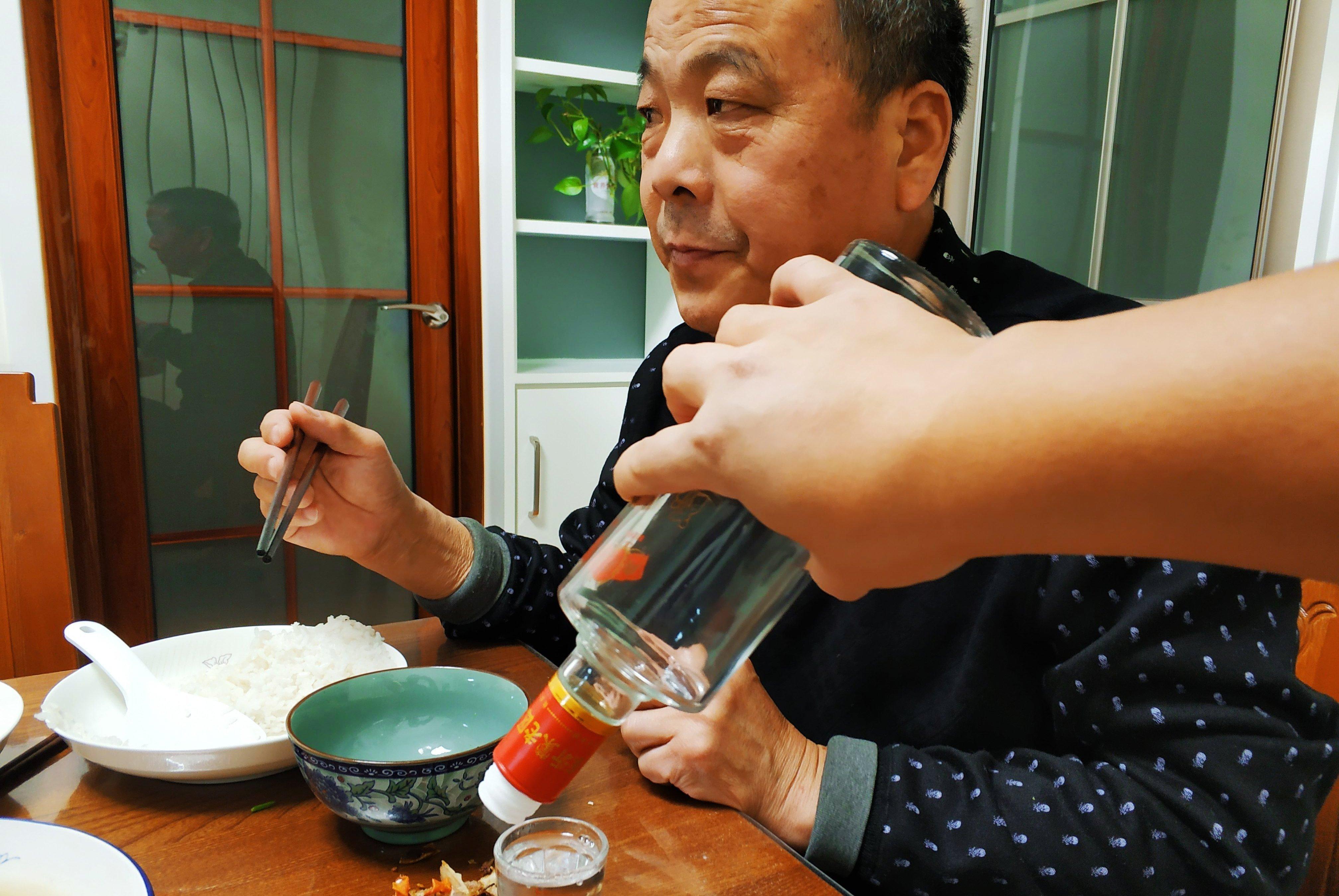 元宵节父子俩喝一斤白酒,八道家常菜有鸡有鱼,一家五口吃得饱