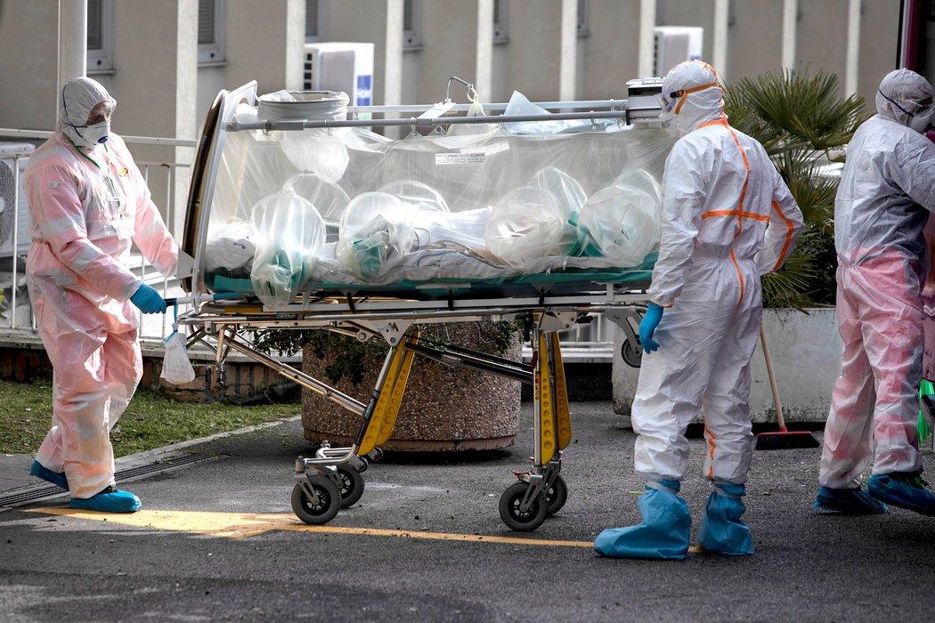 周一,罗马一家医院的医护人员运送一名冠状病毒疑似病人。