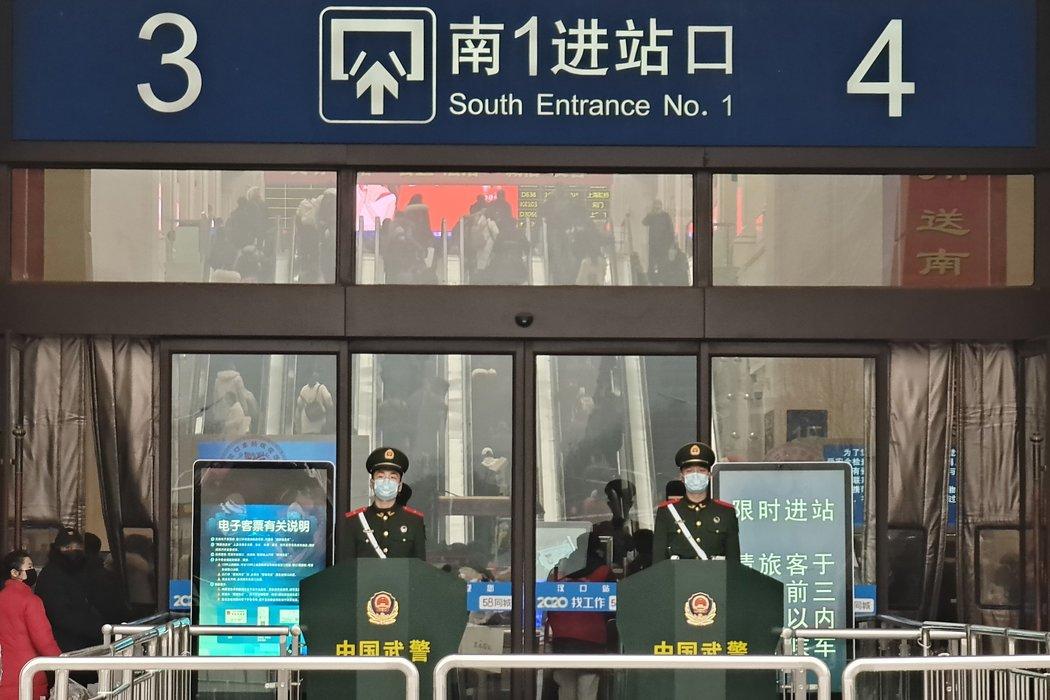 1月22日,中国武汉汉口火车站的岗哨,一天后,这座城市被封锁。