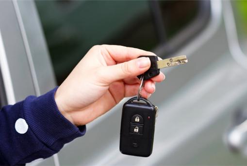 汽车钥匙锁在车里怎么办?教你一招搞定,还不用砸车窗玻璃