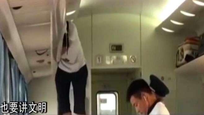 大爷火车上两次爬上行李架睡觉,大爷不光调皮,这身手也是了得啊