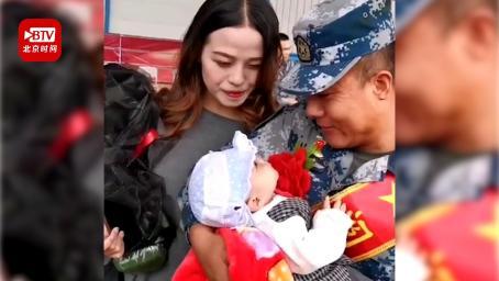 光荣完成阅兵任务凯旋 空降兵第一次抱起刚出生的儿子令人泪目
