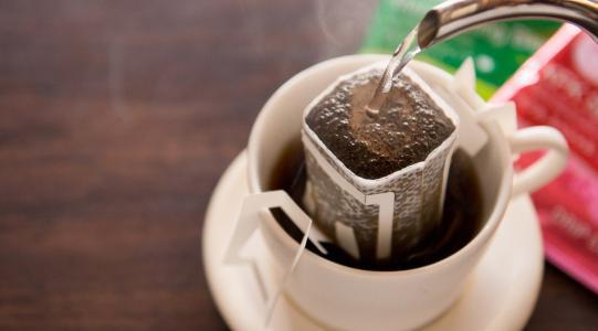 别再把挂耳咖啡当茶包泡了,学会这样的冲泡方法,咖啡才更香醇
