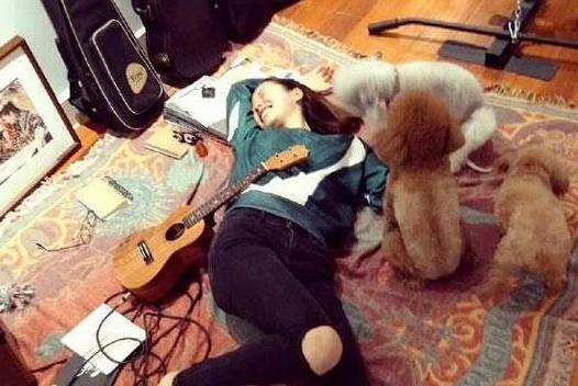 参观江一燕住的豪宅,很真实的一个女生,在家直接躺地上休息