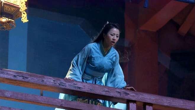 穿越女假意站在城楼上威胁嬴政,怎料不小心崴了脚,真掉下去了