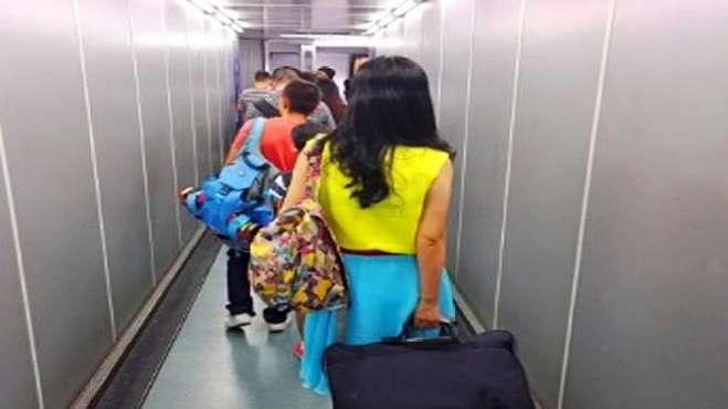 确诊女子从美国带全家回国,在美国早已发热咳嗽,登机时吃退烧药