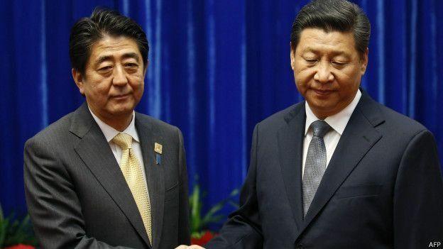 """2014年,习近平与安倍晋三""""破冰""""握手。"""