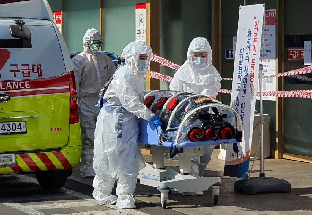 上周,一名冠状病毒疑似患者被带去大邱的医院。
