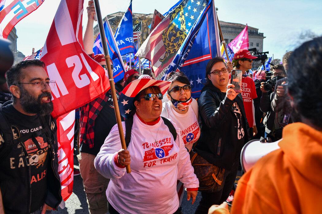 11月14日,特朗普支持者在华盛顿游行示威,其中数名在白宫外与反抗议者发生争吵。