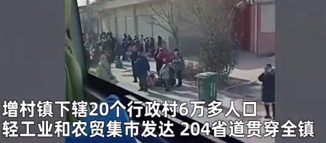 """石家庄12村2万多人拎行李""""大转移"""" 现场浩浩荡荡一幕被拍"""
