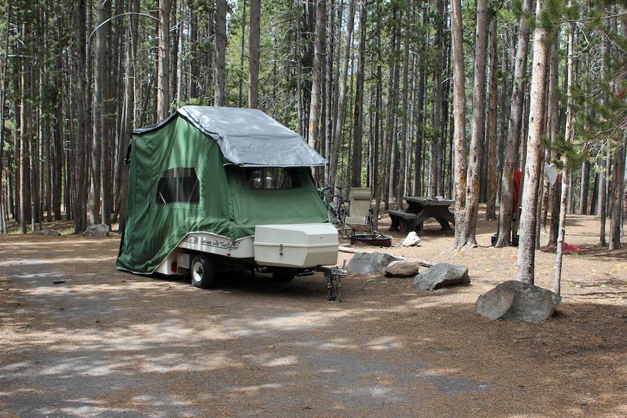 黄石公园峡谷露营地的一辆小型可折叠帐篷房车。这类拖带式的房车除了轻便之外,还有一个好处就是移动方便。(黄石公园网站)