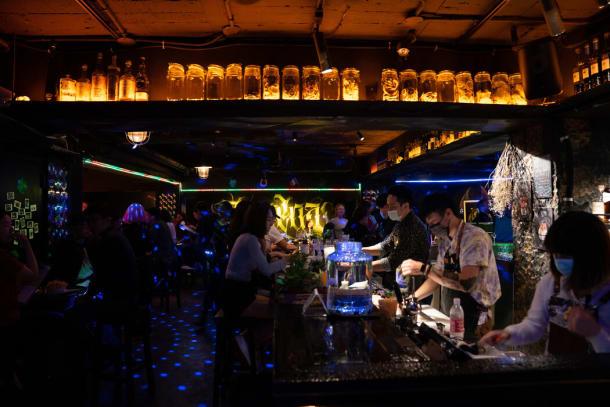 上周五晚,台北市中心一家拥挤的酒吧。