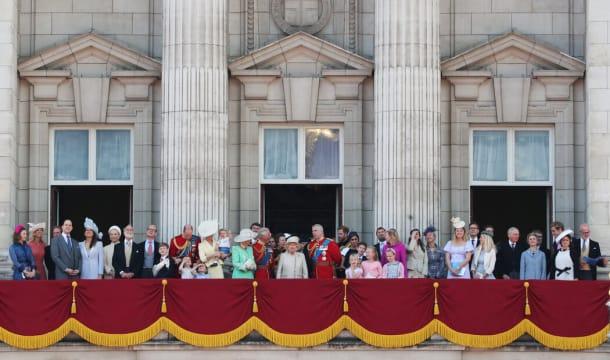2019年6月8日,在军旗敬礼分列式上,英国女王伊丽莎白二世和其他英国王室成员站在白金汉宫的阳台上。