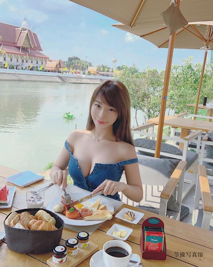 Zoe So(苏小小)甜美童颜爆乳写真,刺青师妹子的身材超正