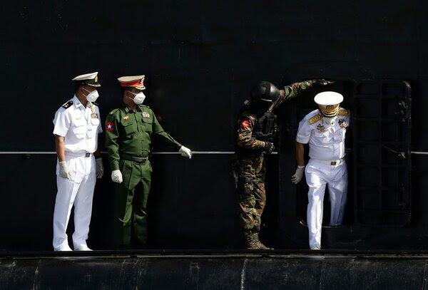 去年12月,缅甸军队总司令敏昂莱(右)在仰光。