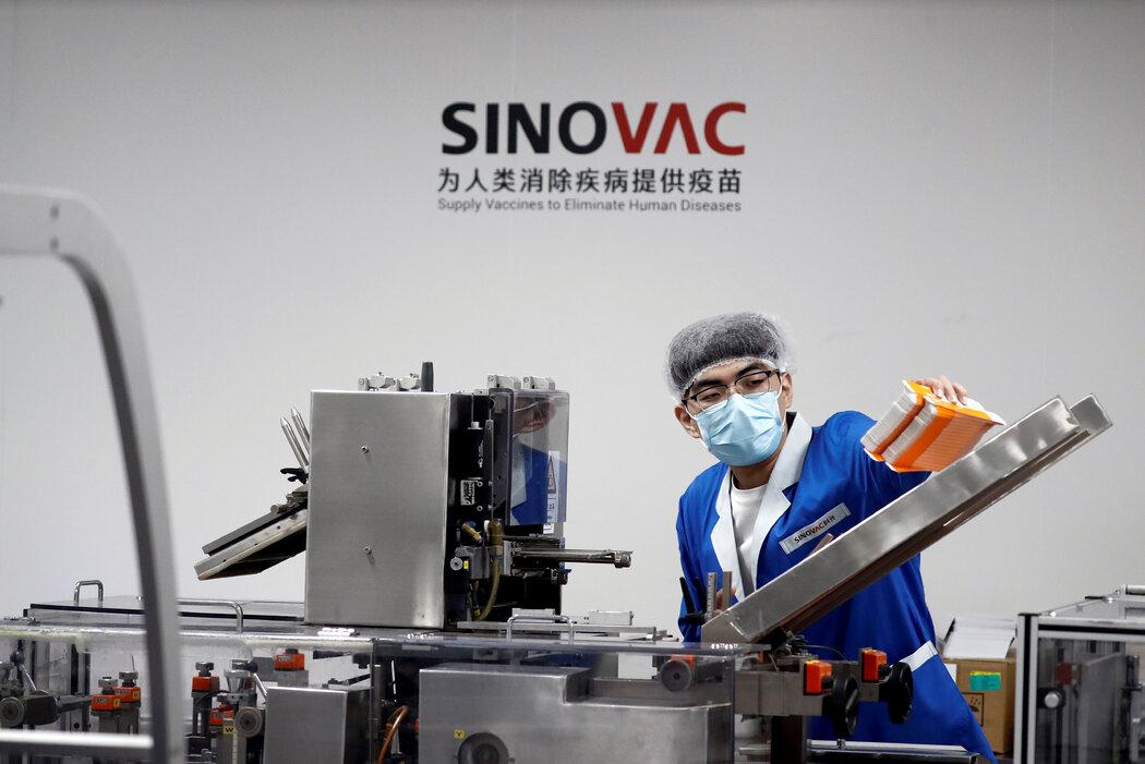 今年9月,北京科兴中维的一个包装厂。巴西暂停的试验提醒人们,中国疫苗企业走出国门面临着巨大的挑战。
