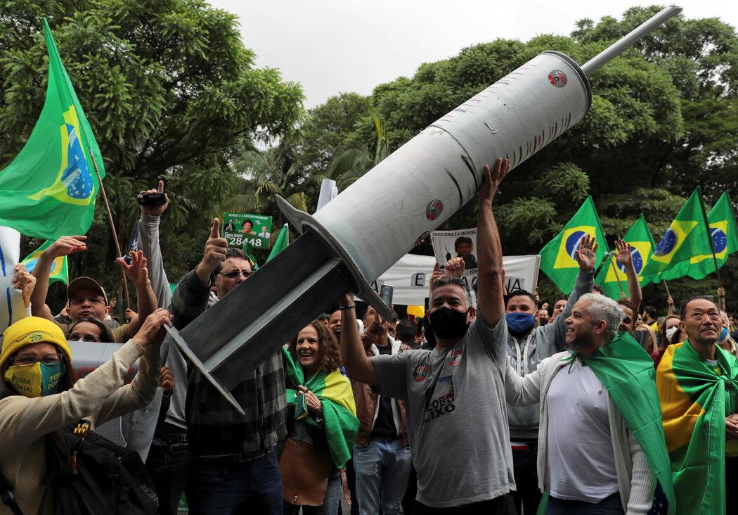 本月,圣保罗发生了一场抗议科兴中维的示威。科学家警告,广泛使用一款尚未做完所有临床试验的药物会有危险。