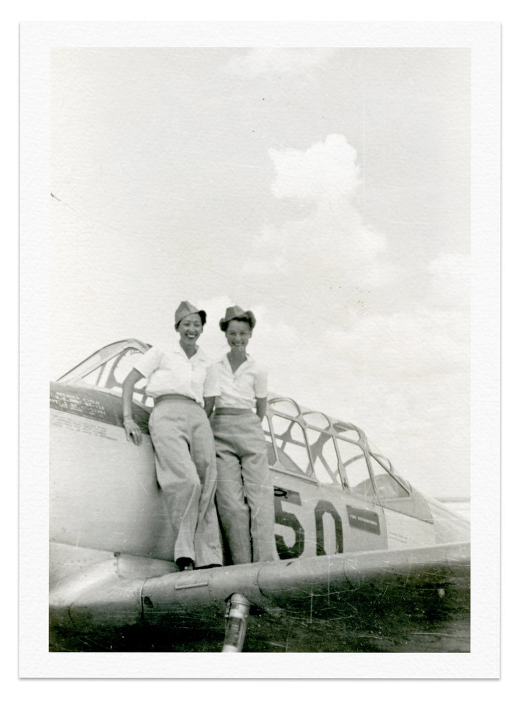 李月英(左)与奥特姆·日内瓦·斯拉克在得克萨斯州斯威特沃特的复仇者机场。李月英在那里接受了6个月的训练后成为一名女子飞行队员。