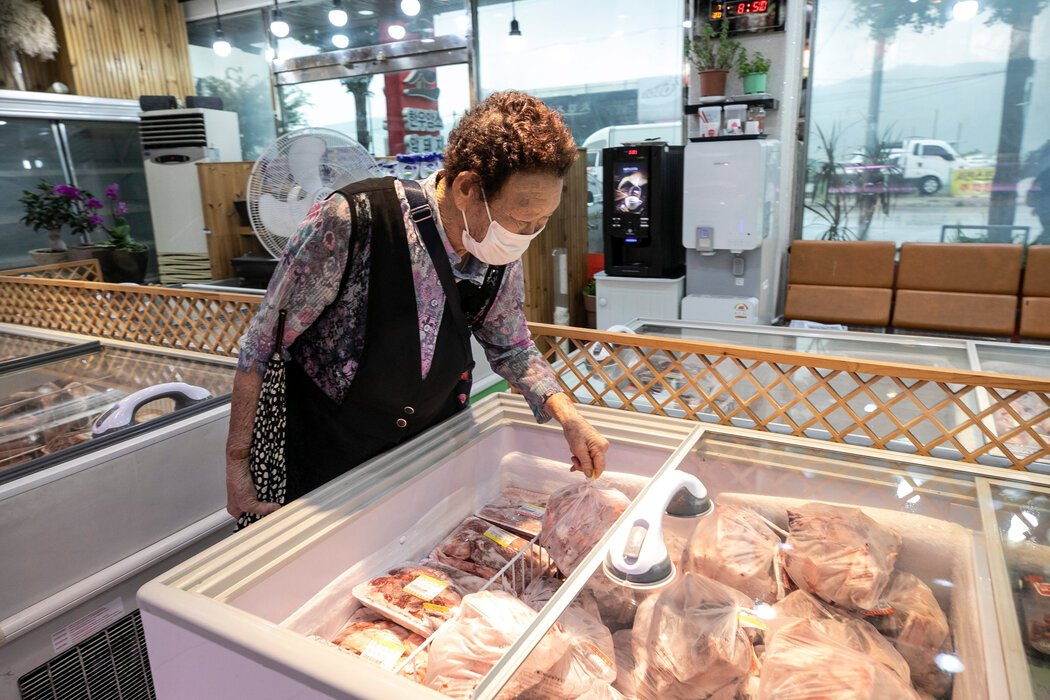 百元出租车让罗正顺能够前往肉店买肉。