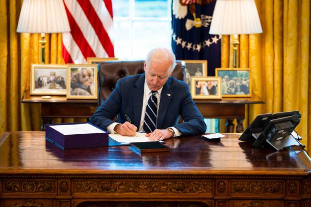 拜登总统周四在椭圆形办公室签署1.9万亿美元经济刺激方案。
