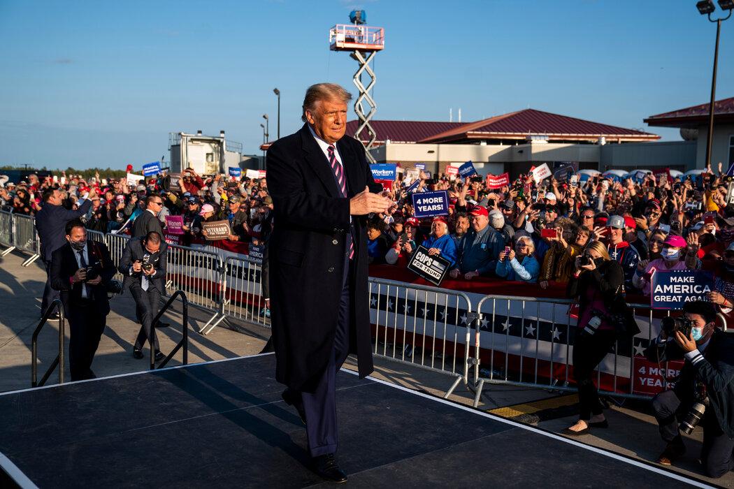 """周五,明尼苏达州伯米吉一场竞选集会上的特朗普。多年来,他将许多美国大学描述为""""激进左派洗脑""""的引擎。"""