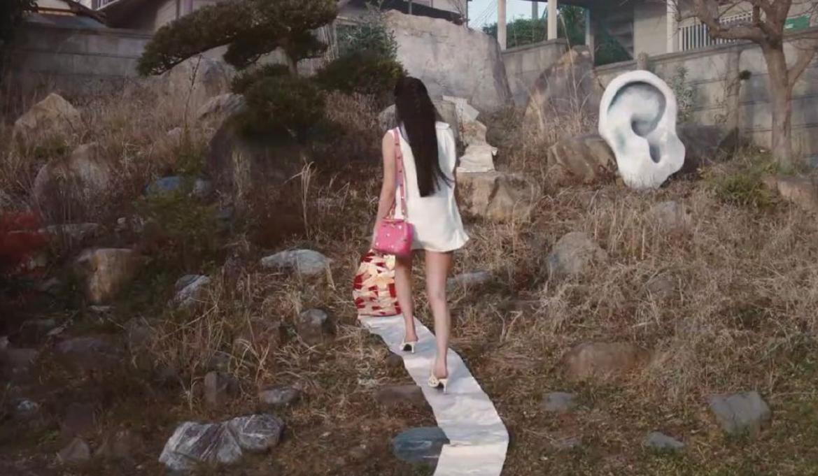 木村光希高跟鞋踩和服腰带动作引发日本网友热议 为什么要做踩腰带的动作?